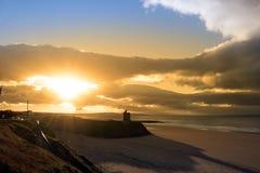 Soleil jaune au-dessus de la plage et du château de Ballybunion Photographie stock libre de droits
