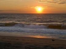 Soleil Levant et vague déferlante Image libre de droits