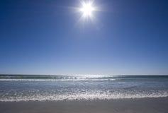 Soleil lumineux au-dessus de l'océan photos libres de droits