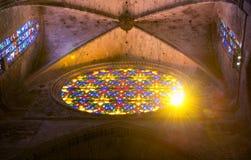 Soleil par le vitrail de la cathédrale dans la PA photographie stock