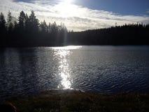 Soleil réfléchi sur le lac photo stock