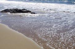 Soleil scintillant outre de l'océan et du sable Photographie stock libre de droits