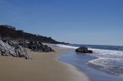 Soleil scintillant outre de l'océan et du sable photo stock