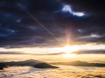 soleil sur la montagne photographie stock