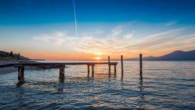Soleil sur le lac garda Images stock