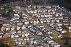 Soleil sur le petit développement suburbain Image libre de droits