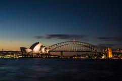 Solen är uppsättningen, ljus är på (Sydney Harbour Bridge) Arkivbilder