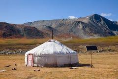 Solen drev traditionella mongoliska ger i Altai berg Mongoli Arkivbild