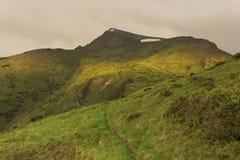 Solen exponerar överkanten av berget Royaltyfria Bilder