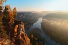 Solen exponerar misten över floden Fotografering för Bildbyråer
