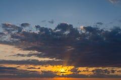 Solen färgade himlen och molnen på gryning Royaltyfri Fotografi