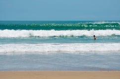 Solen för sommar för gräsplan för Indiska oceanen för strandsandvågor semestrar Royaltyfri Fotografi