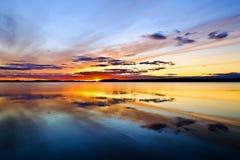 Solen går att bädda ned. Sjö Pongomozero, norr Karelia, Ryssland arkivfoto