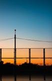 Solen går ner över det stads- landskapet Fotografering för Bildbyråer