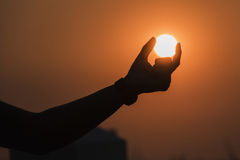 Solen i hand fotografering för bildbyråer