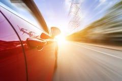 Solen körde bilen på vägen arkivfoton