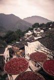 Solen kantjusterar på gamla kinesiska tak i lantliga Kina Arkivbilder