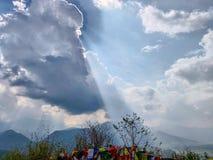 Solen rays att komma ut ur molnen royaltyfri foto