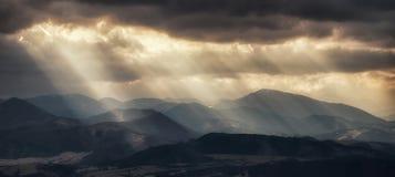 Solen rays moln Arkivbild