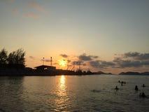 Solen ska täcka horisonten arkivfoton