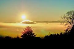 Solen skiner över ett hav av moln arkivfoton