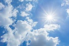 Solen skiner ljust i dagen i sommar Blå himmel och clo Royaltyfria Bilder