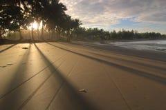 Solen, skuggan och sanden Arkivbild