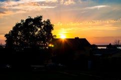Solen som bryter till och med huset, strålar av solen, fördunklar fotografering för bildbyråer