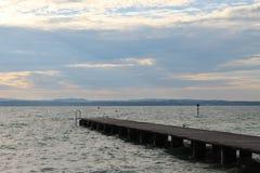 Solen som bryter till och med molnen över sjön Garda Italien royaltyfria foton