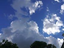 Solen som döljas bak molnen fotografering för bildbyråer