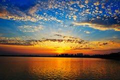 Solen som ljust skins på sjön Royaltyfri Bild
