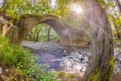 Solen som skiner till och med träden på kelefosbron, Cypern, 2 Royaltyfria Bilder