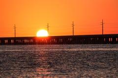 Solen som ställer in över en bro Royaltyfri Fotografi