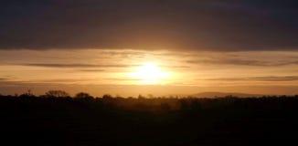 Solen som stiger över den Sussex bygden, Barcombe, Sussex, UK royaltyfri bild