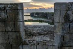 Solen ställer in över det gamla holländska fortet i Jaffna, Sri Lanka Arkivbilder