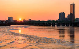 Solen ställer in bak skyskraporna av den Hangung floden i seou Arkivfoton
