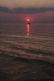 Solen ställer in i havet på bakgrunden av yachter Royaltyfria Foton