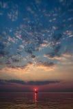 Solen ställer in i havet på bakgrunden av yachter Arkivbilder