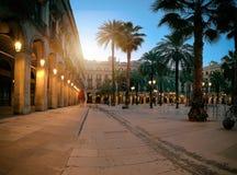 Solen stiger över den upplysta plazaen som är verklig in i gotisk fjärdedel av lodisar arkivfoton