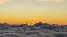 Solen stiger över molnen arkivfilmer