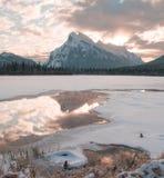 Solen stiger över Mt Rundle som förbiser de berömda cinnoberfärg sjöarna Royaltyfria Bilder