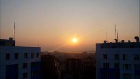 Solen stiger över staden, den Tid schackningsperioden stock video