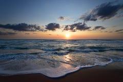 Solen stiger i Alba Adriatica, i landskapet av Teramo i Abruzzo, havsvågor Royaltyfri Bild