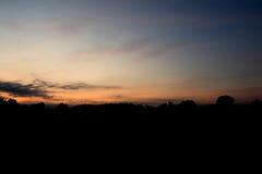 Solen stiger i morgonhimlen med moln Arkivfoton