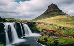 Solen täckte kirkjufellsfossvattenfallet med kirkjufellberget i Island pittoresk lång exponering av den berömda Island naturen arkivfoto