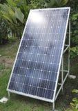 Solenergipanel i trädgård Arkivbild