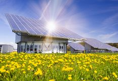 Solenergipanel på taket i Tyskland royaltyfri foto