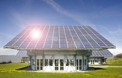 Solenergipanel på taket i Tyskland royaltyfri bild