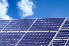 Solenergipaneler, Photovoltaic enheter för innovation gör grön e Royaltyfri Bild