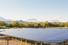 Solenergipaneler, Photovoltaic enheter för innovation gör grön en Arkivfoto